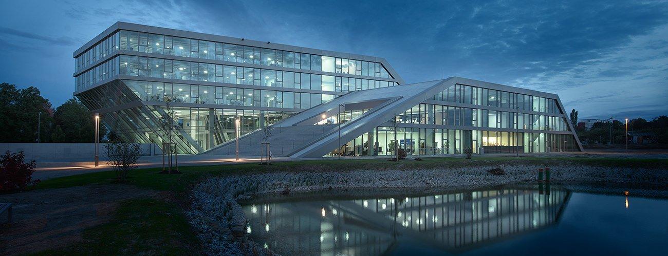 Hahn+Kolb_HQs-facade-night
